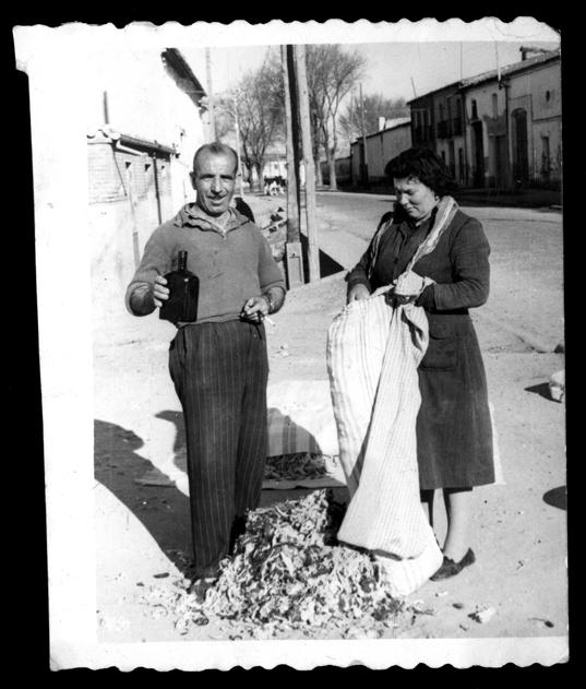 Fidel Alfayate y Benita Martín haciendo una almohada