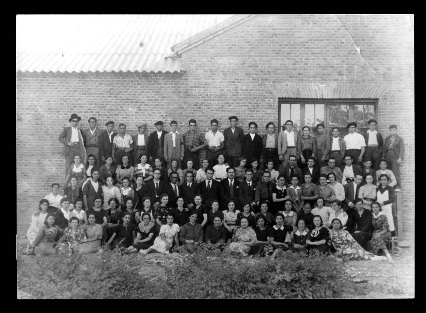 Trabajadores de la fábrica de calzado de Teodoro Jiménez posando ante una de las paredes de la fábrica en Peñaranda de Bracamonte