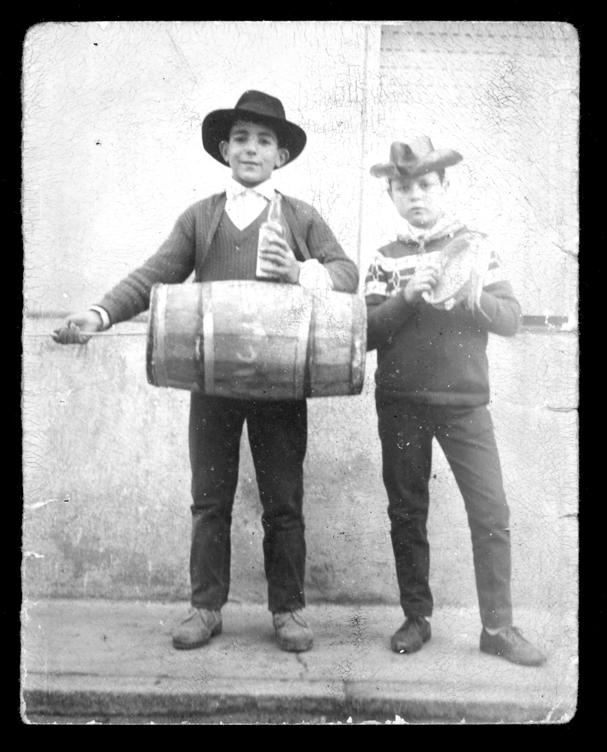 Miguel Alfayate y Teodoro Martín tocando la zambomba y la pandereta