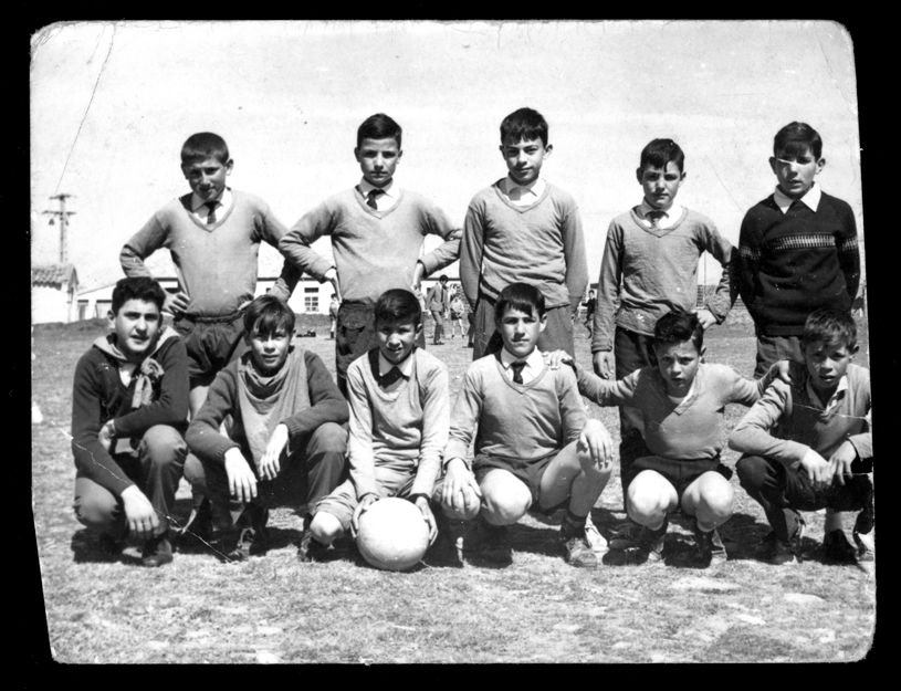Miguel Alfayate posando con su equipo de fútbol