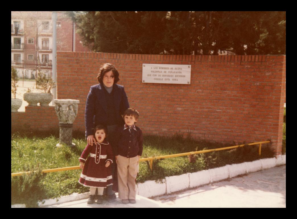 Isabel Prieto con sus hijos Marcelo e Isabel de Manueles en el parque de La Huerta en Peñaranda de Bracamonte II