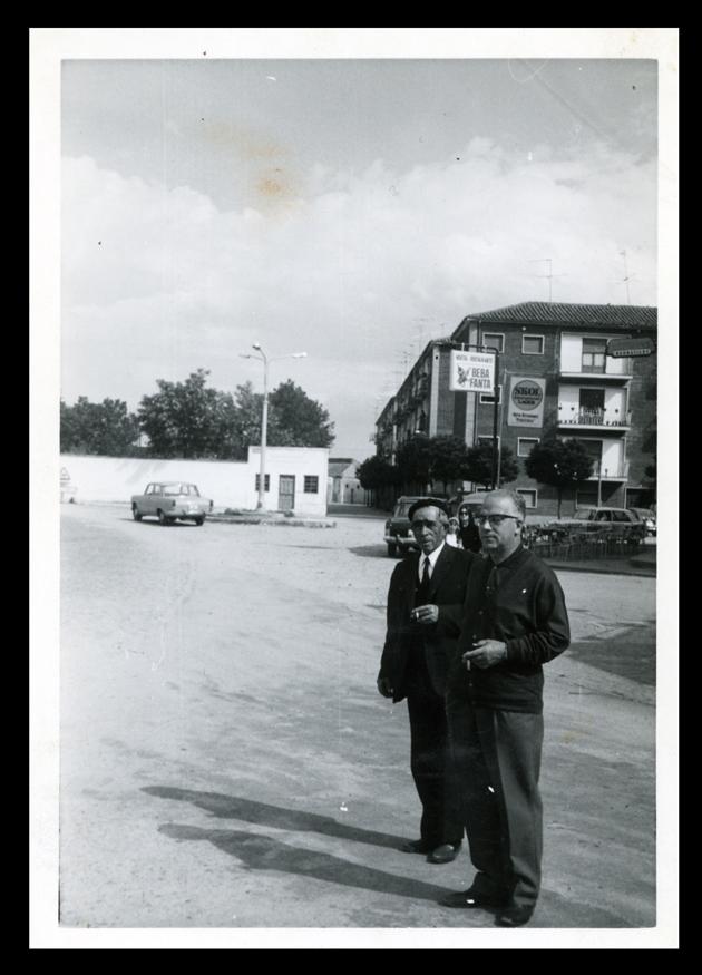 Dos hombres posando en medio de la carretera en Peñaranda de Bracamonte