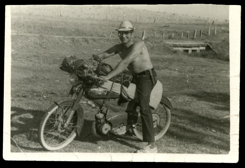 Marcelo de Manueles subido en una moto en la zona de San Miguel de Serrezuela