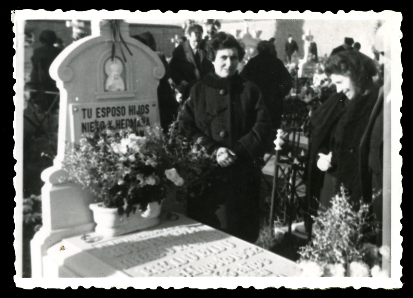 Madre y tía de Marcelo de Manueles ante la sepultura de su abuela en el cementerio de Peñaranda de Bracamonte