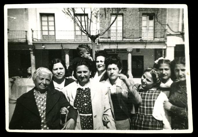 Marcelo de Manueles y familiares en la plaza en Peñaranda de Bracamonte