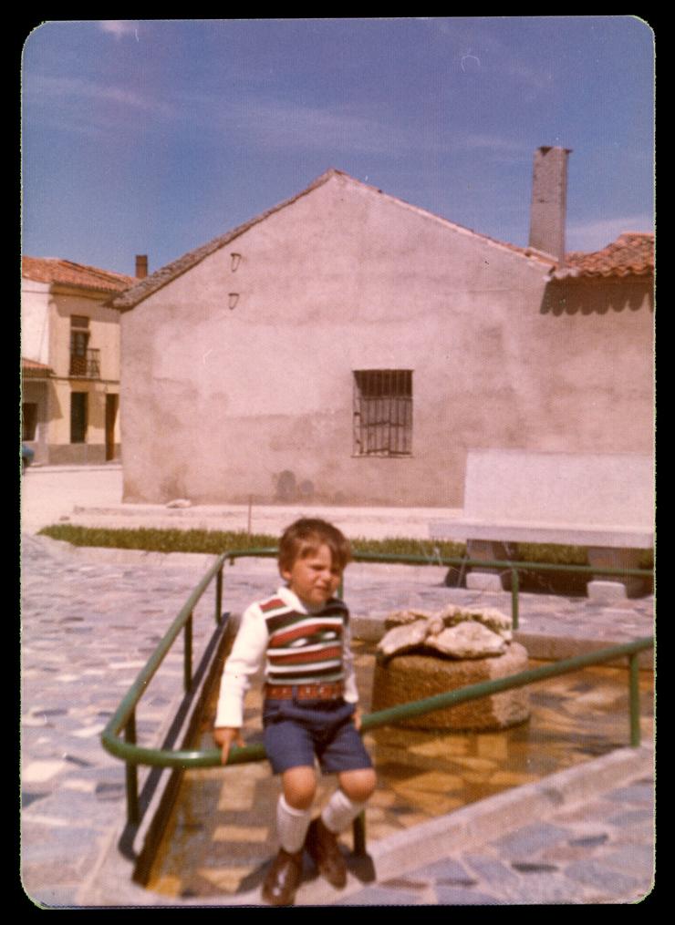 Hijo de Marcelo de Manueles en la la fuente de la plaza Santa Apolonia en Peñaranda de Bracamonte