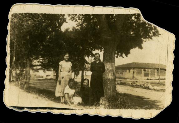 Manuela Carrera y otras tres mujeres posando junto a unos árboles en Peñaranda de Bracamonte