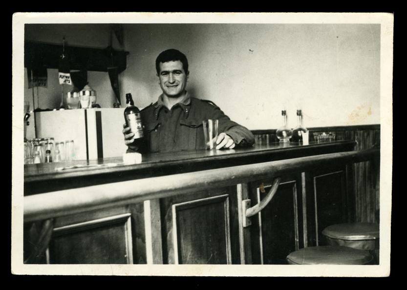 Marcelino Sáez en la barra de un bar en el campamento de artillería en Madrid