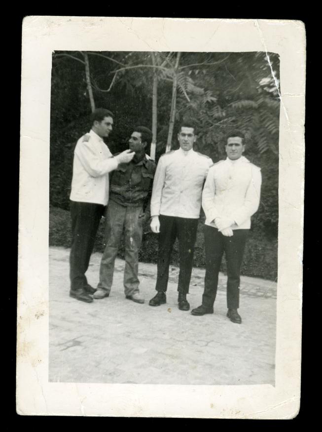 Marcelino Sáez y compañeros de cuartel vestidos de camareros para dar un banquete en Madrid