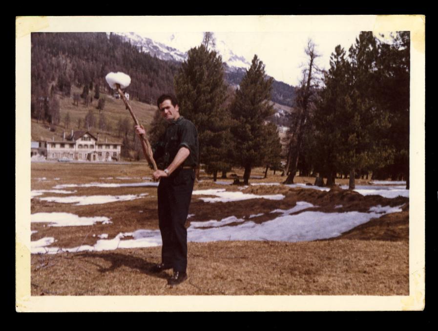 Marcelino Sáez posando con una bola de nieve en Saint Moritz en Suiza