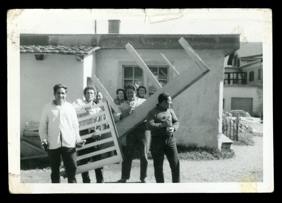 Marcelino Sáez y compañeros de trabajo imitando una orquesta en Saint Moritz en Suiza I