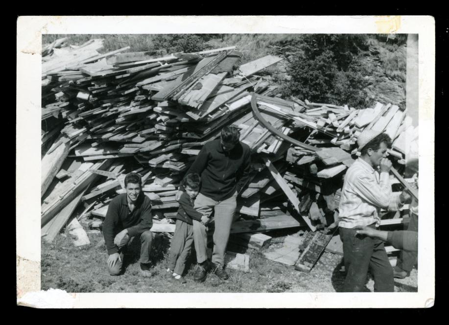 Marcelino Sáez y compañeros de trabajo imitando una orquesta en Saint Moritz en Suiza II