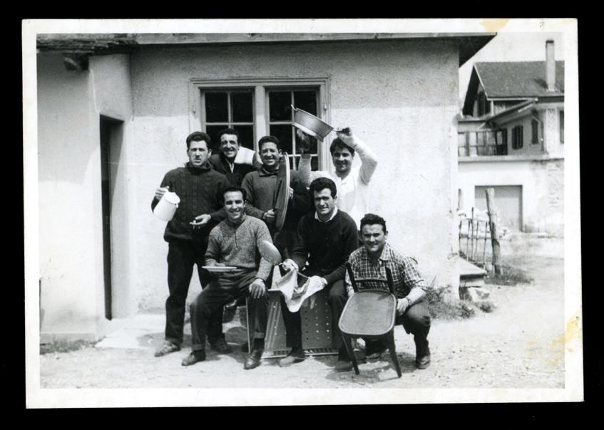 Marcelino Sáez y compañeros de trabajo imitando una orquesta en Saint Moritz en Suiza III
