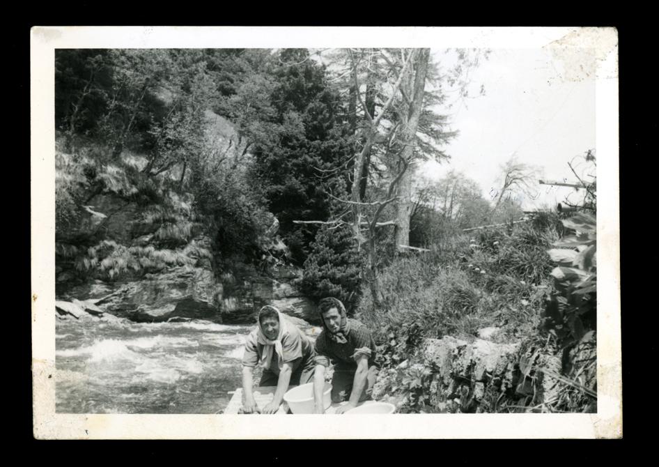 Marcelino Sáez y Ramón haciendo la colada en el río en Saint Moritz en Suiza I