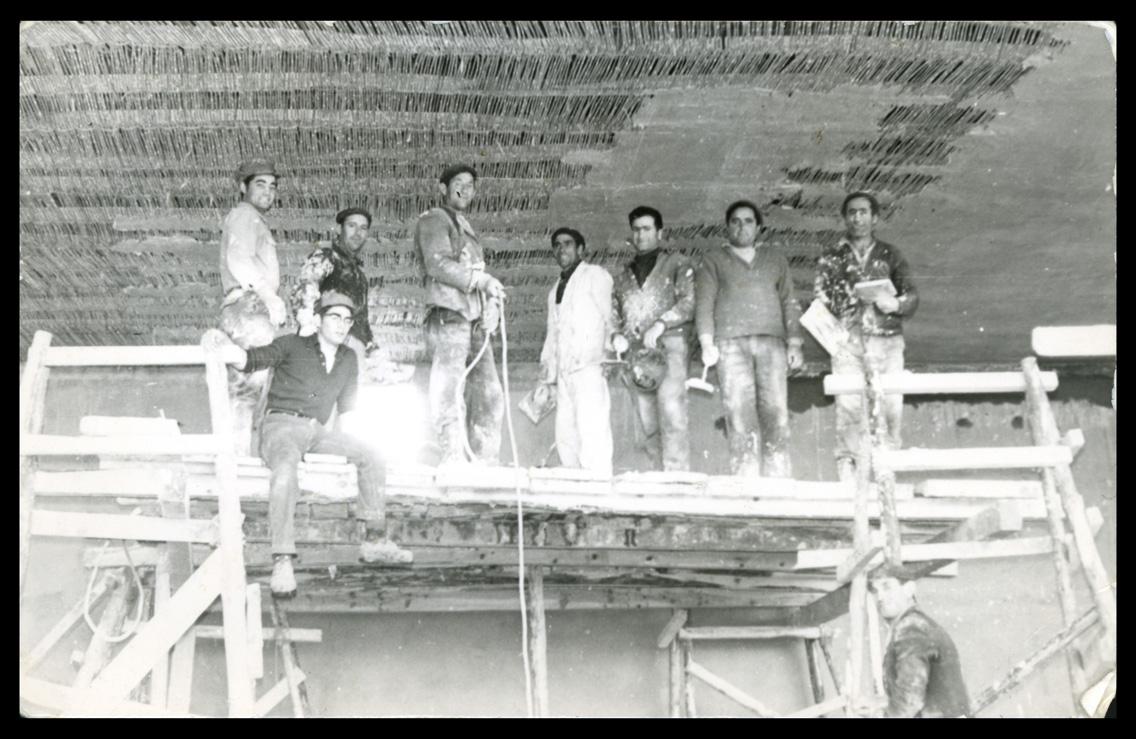 Marcelino Sáez y compañeros de trabajo en una obra en Aldeaseca de la Frontera