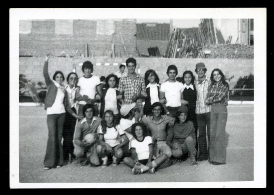 Grupo de jóvenes posando junto a un equipo de balonmano femenino en Peñaranda de Bracamonte
