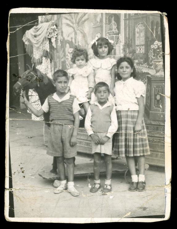 Pilar Hernández y sus hermanos con un caballo de cartón en Peñaranda de Bracamonte