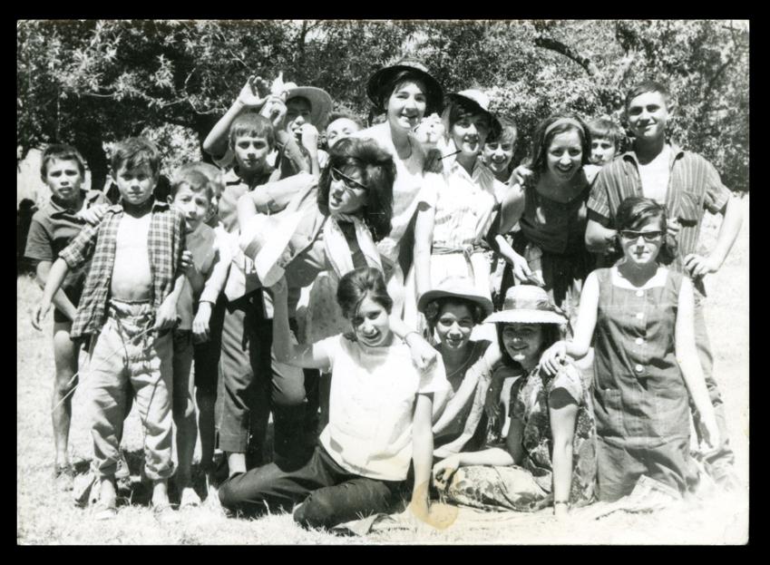 Pilar Hernández y amigos en el campo en Nava de Sotrobal
