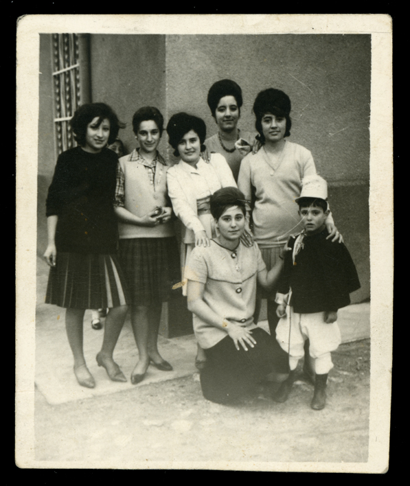 Pilar Hernández y amigas con un niño vestido de Carnaval en Peñaranda de Bracamonte