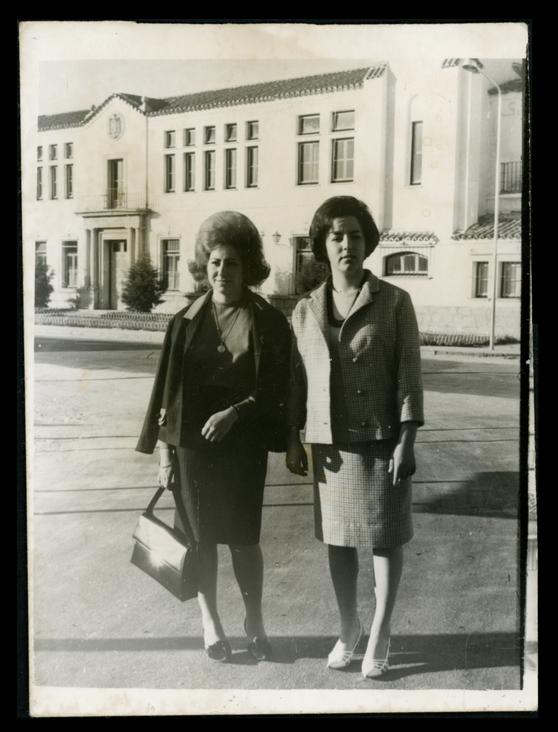 Pilar Hernández y su amiga Pili Gil paseando en Peñaranda de Bracamonte
