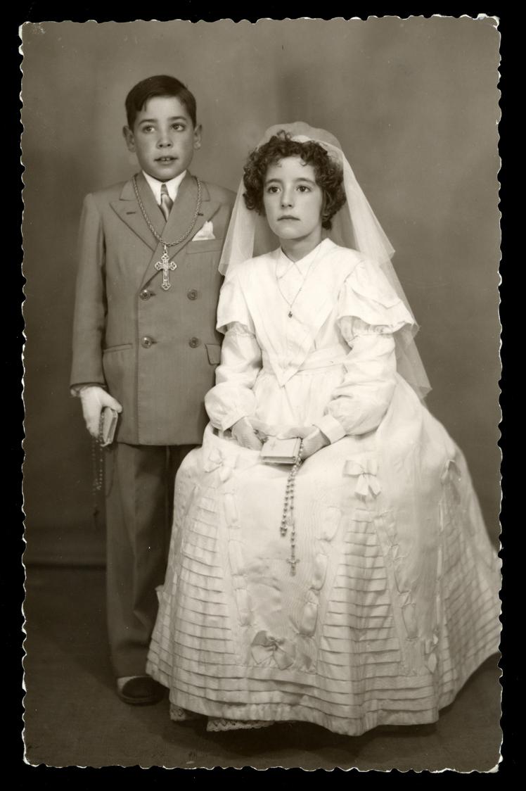 Retrato de estudio de Pilar Hernández y su hermano Manolo el día de su comunión en Peñaranda de Bracamonte