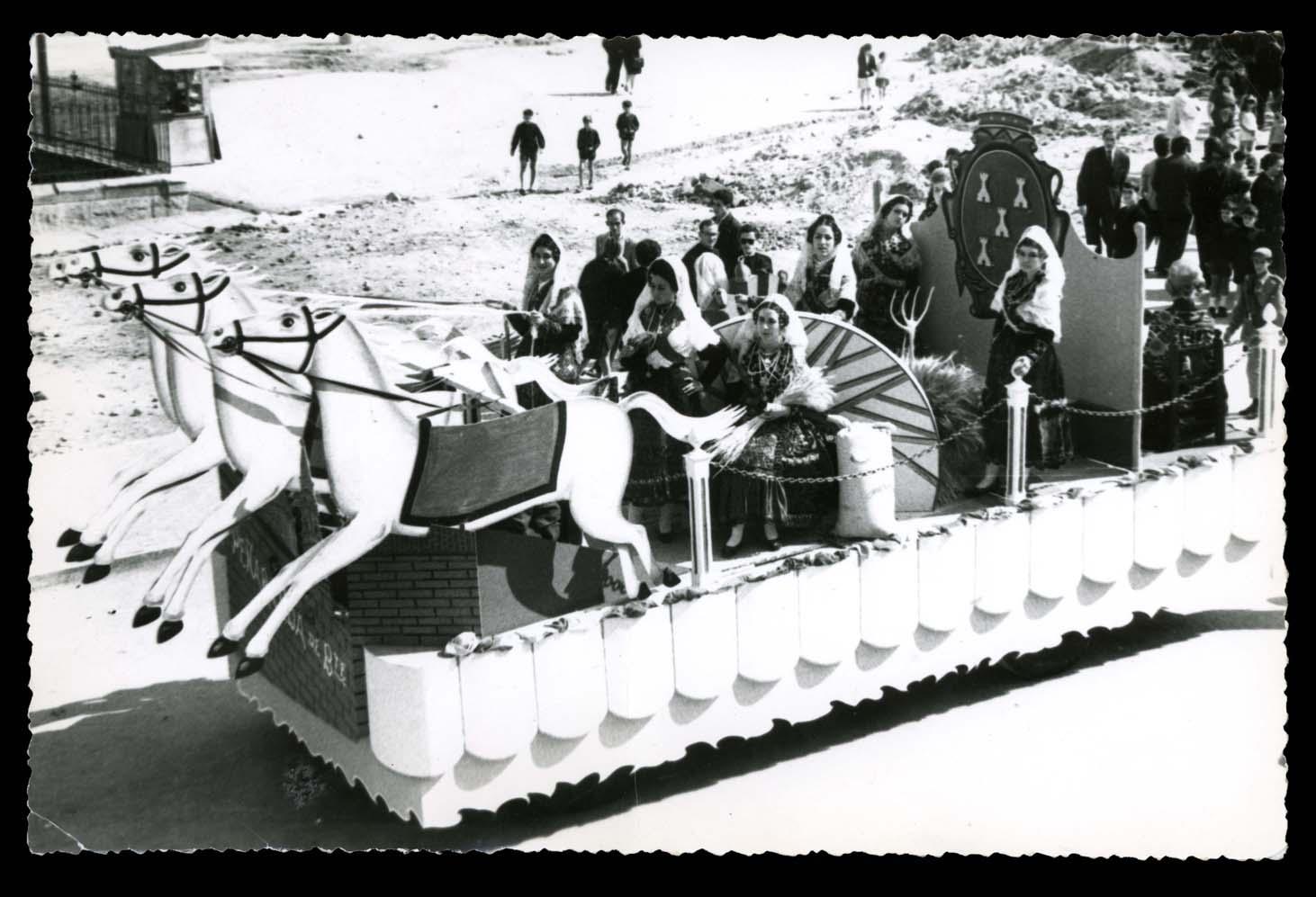 Pilar Hernández y otras chicas vestidas de charras y aldeanas en una carroza en Salamanca II