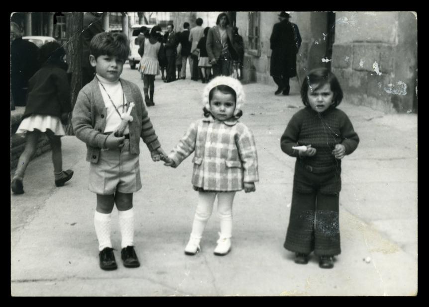 Tres niños posando para la fotografía en Peñaranda de Bracamonte