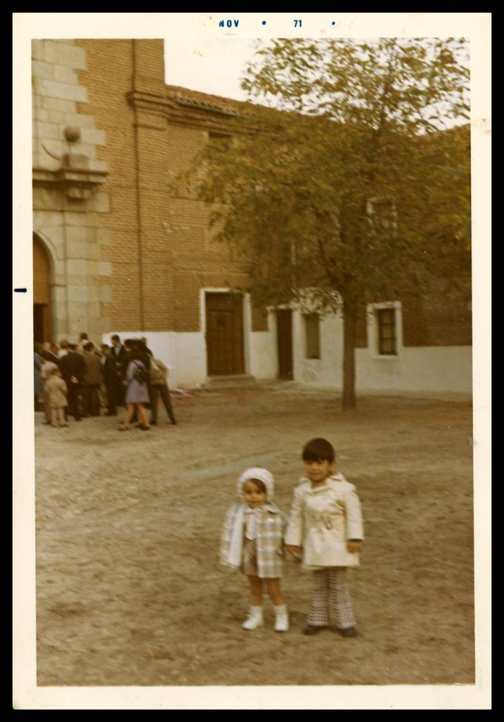 Norberto y Pilar García posando en la puerta del Convento de Las Carmelitas en Peñaranda de Bracamonte