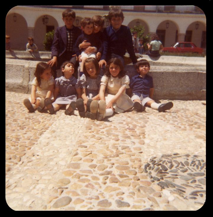 Niños sentados en la fuente de la Plaza Nueva en Peñaranda de Bracamonte
