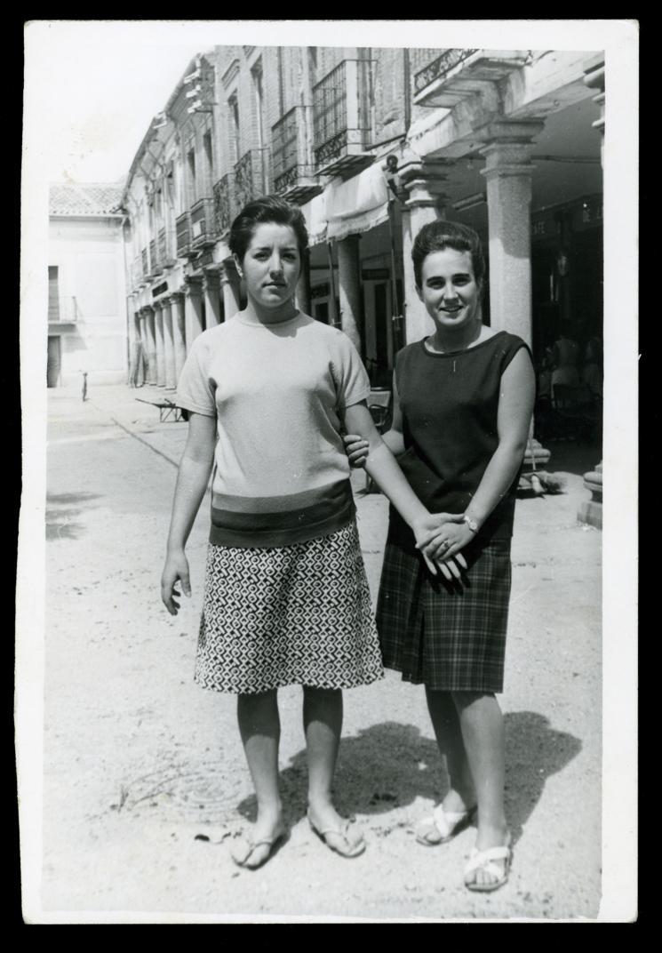 Pilar Hernández con una amiga en la Plaza España