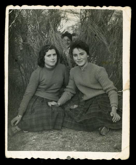 Ramona Ávila Salinero con su amiga Micaela en El Inestal