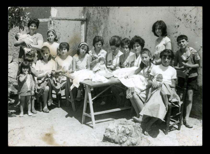 Ramona Ávila con sus hermanas y chicas del taller cosiendo en un patio en Peñaranda de Bracamonte