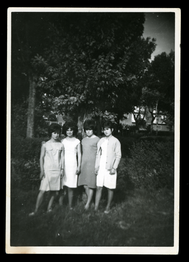Ramona Ávila con sus hermanas y prima paseando en Peñaranda de Bracamonte