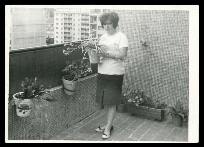 Ramona Ávila posando con varias macetas en una terraza en San Sebastián