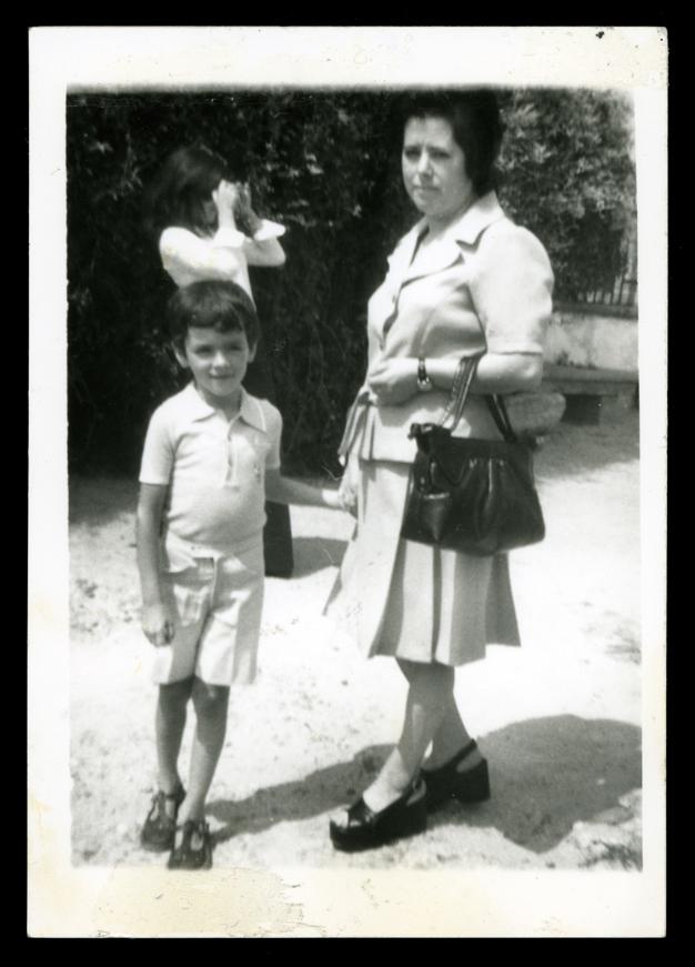 Ramona Ávila y su hijo José Antonio en los Jardines en Peñaranda de Bracamonte