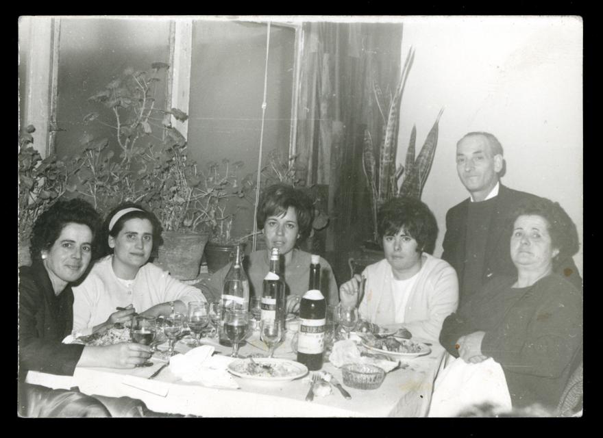 Ramona y varios miembros de su familia en una boda en Peñaranda de Bracamonte