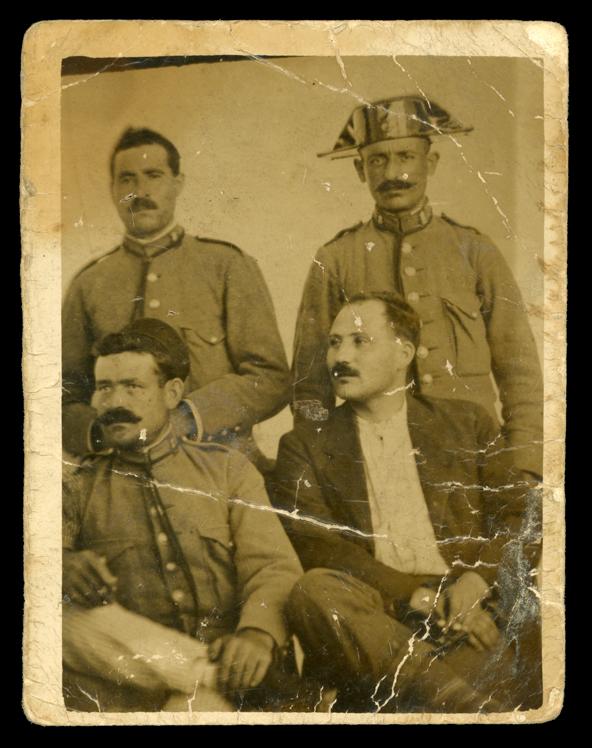 Juan Garriel vestido de Guardía Civil junto con otros compañeros en Puente Genil, Códoba