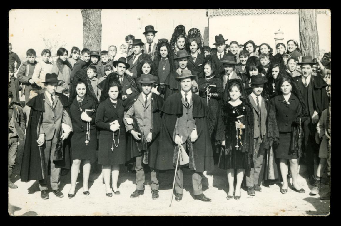 Quintos y quintas de 1967 celebrando el día de la Capa y Mantilla en Paradinas de San Juan