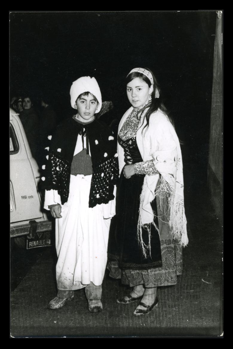Ángel y Carmen posando disfrazados en la Cabalgata de Reyes en Paradinas de San Juan