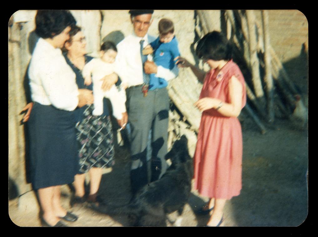Familia Sánchez Garriel en el corral de su casa en Paradinas de San Juan