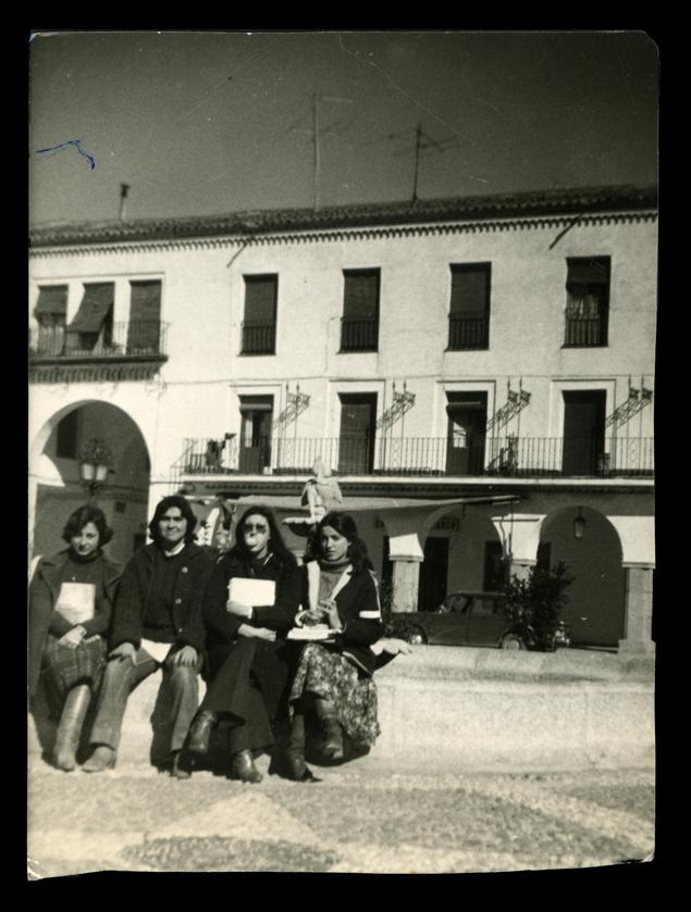Socorro Sánchez y compañeras de clase en la Plaza Nueva en Peñaranda de Bracamonte