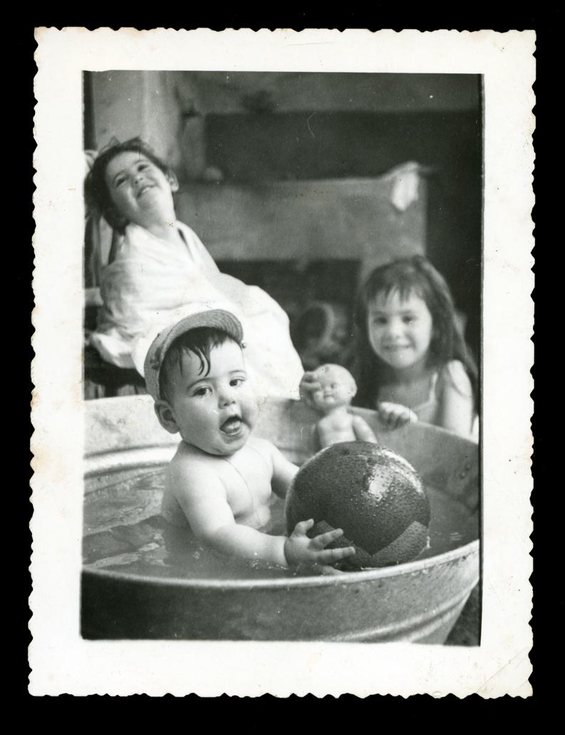 Jose Antonio, Felisa e Isabel bañándose en un barreño