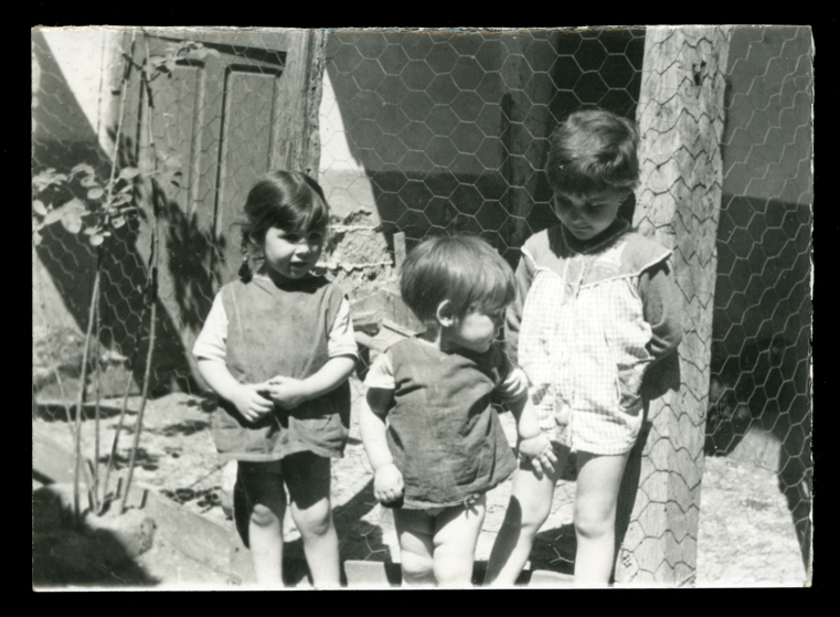 Mari Nieves, Felisa e Isabel Salinero en un patio en Peñaranda de Bracamonte
