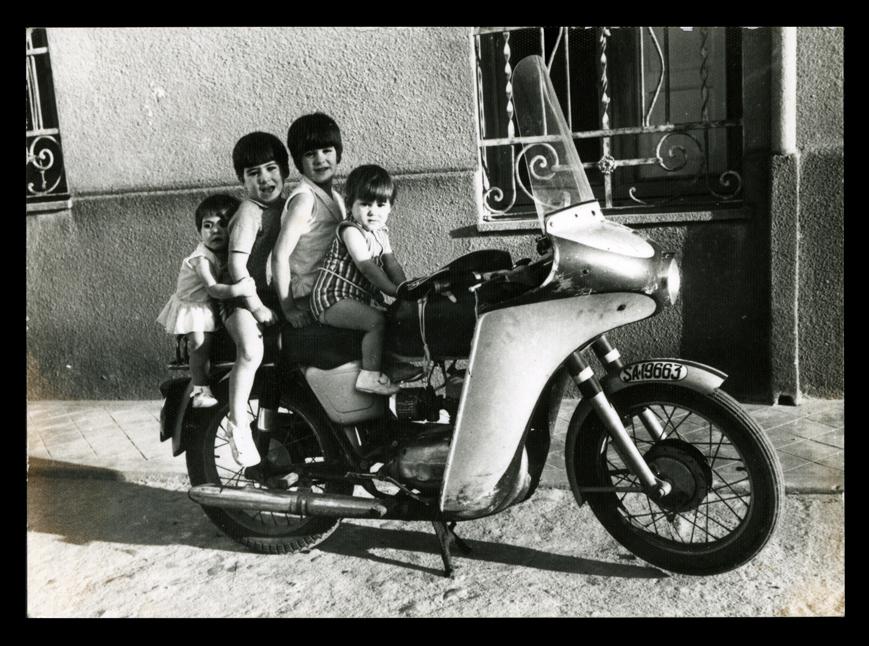 Niños montando en moto en Peñaranda de Bracamonte