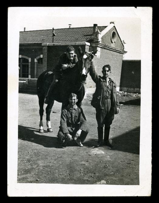 Sebastián Salinero montando a caballo durante el servicio militar en Valladolid