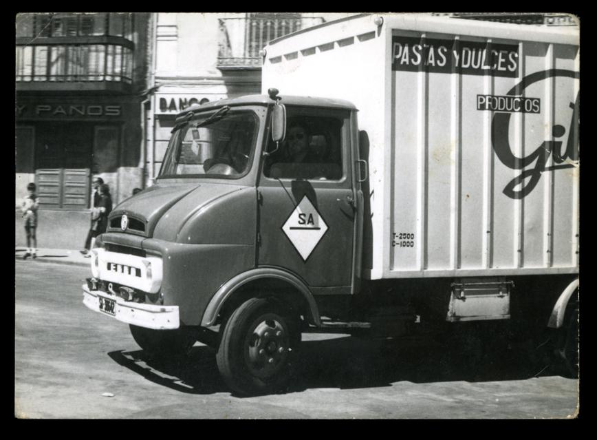 Sebastián Salinero conduciendo un camión de pastas y dulces en Peñaranda de Bracamonte