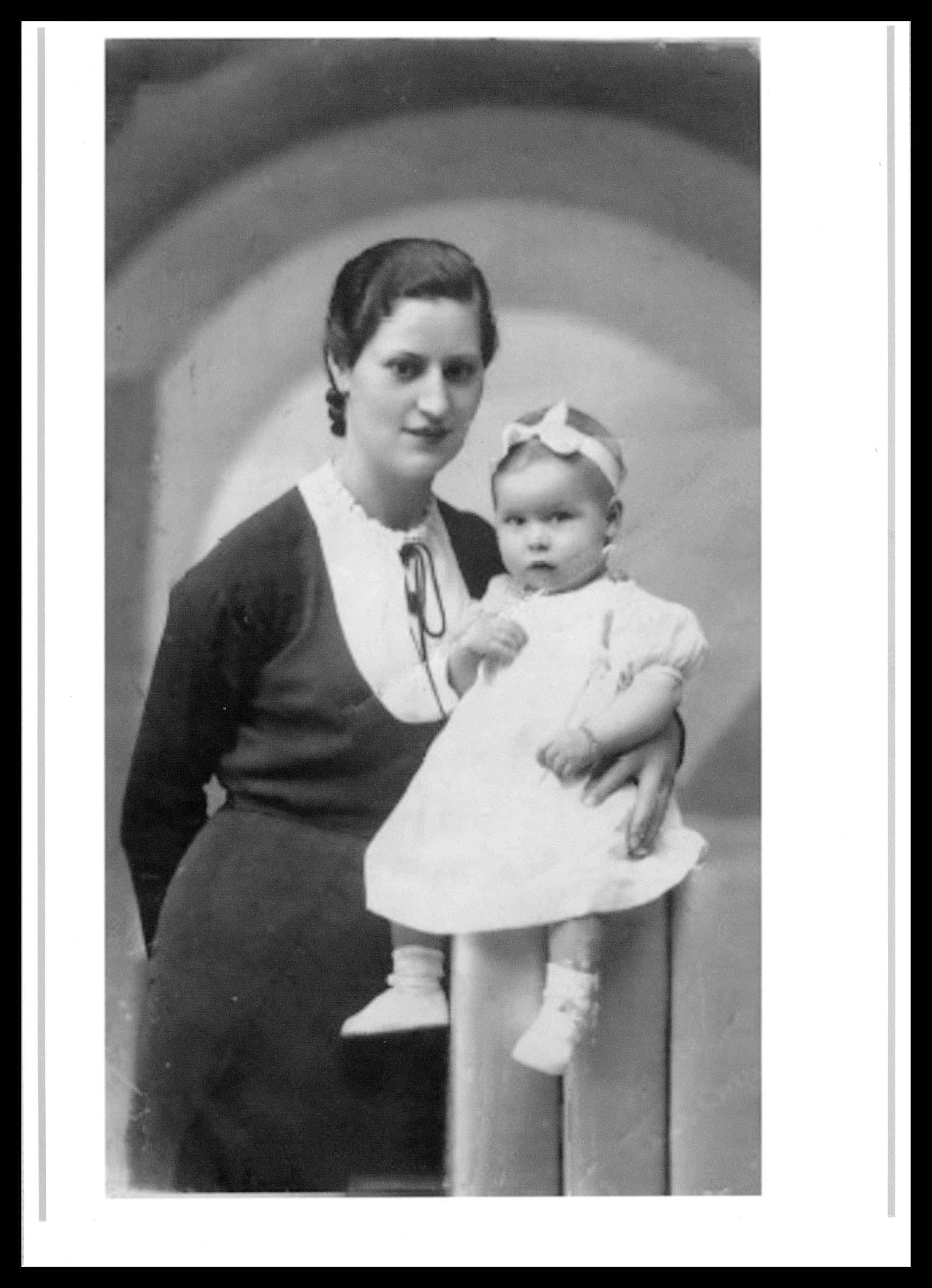 Foto de estudio de Daría Muñoz posando con su hija Teresa Martín en Peñaranda de Bracamonte