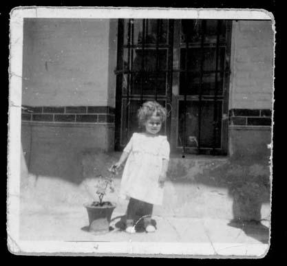 Teresa Martín delante de una ventana en el patio de su casa