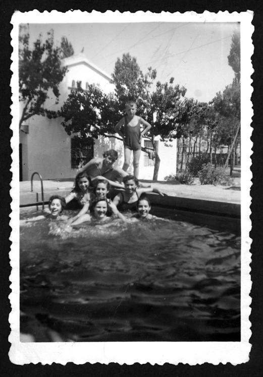 Teresa Martín y sus amigas en una piscina