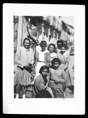 Teresa Martín con su amigas y la imagen de un Cristo